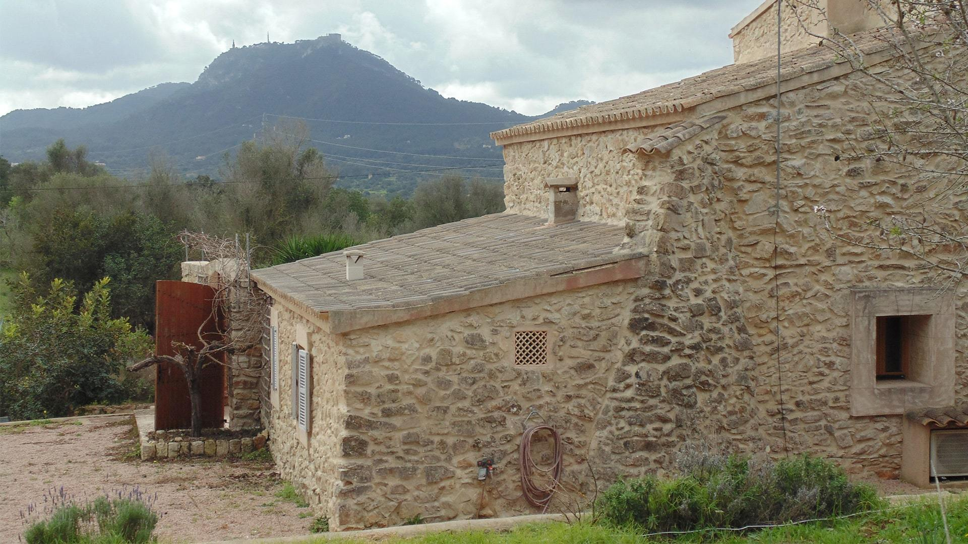 Solysia solar pannels Mallorca Finca mountains view min