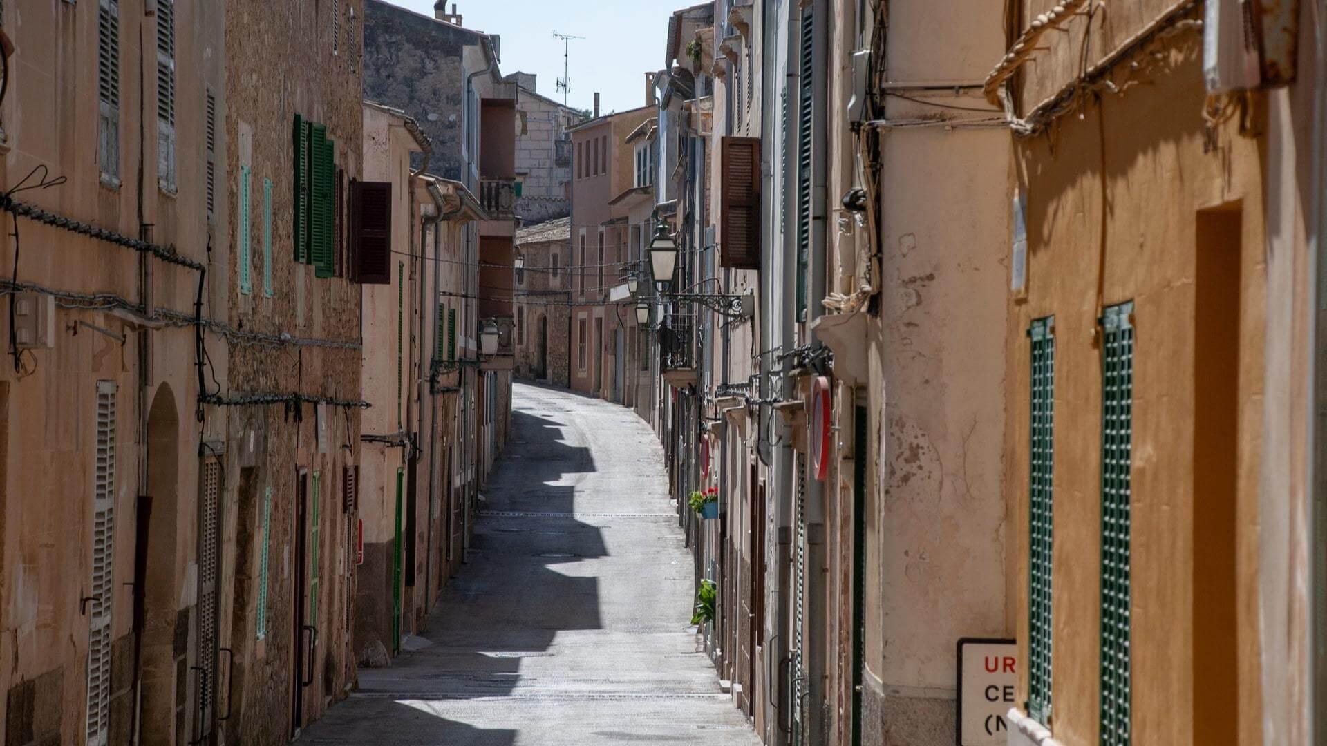 Deserted streets Mallorca COVID 19 min