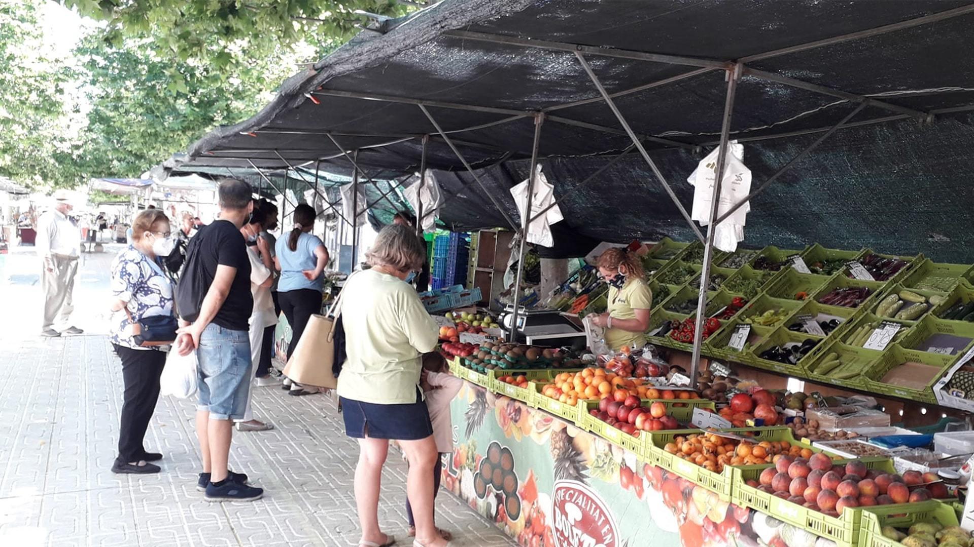 People qeueing market Andratx post covid min